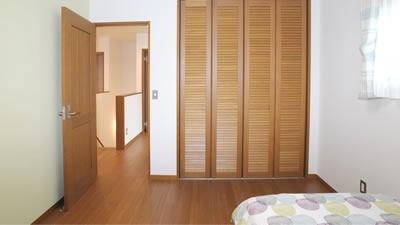 室内ドアもホンモノの無垢建具