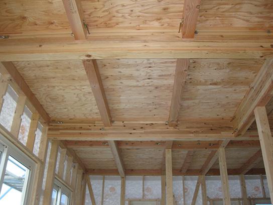 2階床には根太レス剛床工法を採用