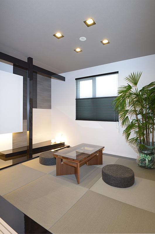 艶やかな床がシックな和室