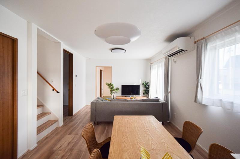 開放的な空間に収納をたくさん取り入れた家